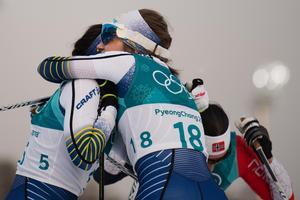20-åriga Ebba Andersson gratulerades av mentorn Charlotte Kalla efter en otrolig fjärdeplats i OS-debuten. Foto: Joel Marklund (Bildbyrån).