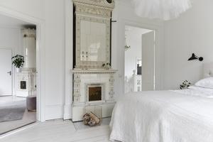 Två av husets ståtliga kakelugnar finns i sovrummen på övervåningen. Foto: Helena Köhl