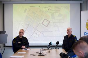Stabschef Thomas Hellgren och biträdande kommenderingschef Mats Lagerblad visade kartbilder över var alla demonstrationer ska hållas i centrala Ludvika 1 maj.