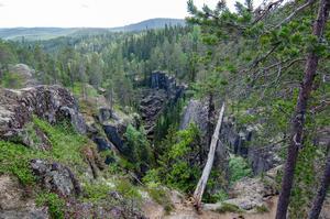 Vid inlandsisens tillbakadragande för 9 400 år sökte sig smältvatten ner i dalgången söderut efter en spricka i berggrunden. foto: Leif Vestin