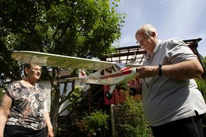 Barbro Morell och Bo Svensson med en Piper Super Cub modellplan byggt i skala.