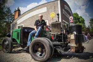 Lars Erik Stridh med det senaste renoveringsprojektet - en gammal epa-traktor som drivs av ett gengasaggregat.