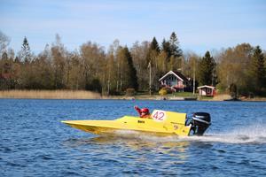 Nora Jansson ger tummen upp. - När man sätter sig i båten och kör så är det inte läskigt längre utan bara kul, säger hon.