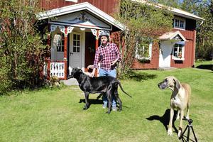 Fredrik Federley på tunet i sitt paradis Holan, Björbo, där han bor med familj, hundar och andra djur.