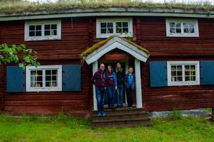 Ovanför dörren står det Skogshyddan men stugan brukar kallas för Hedlunds villa.