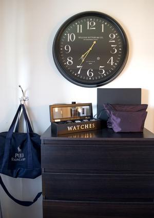 På byrån i hörnet står en vacker ask med Victors klockor i. En enkel krok fyller sin funktion att hålla väskan från golvet.