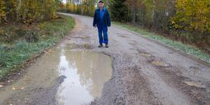 Ulf Eriksson säger att det är mycket körning på olika sidor om grusvägen för att försöka undvika hålen. Det är en chansning om det går att köra ned i groparna då det inte går att veta hur djupa de är.