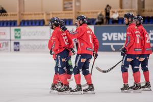 Oscar Wikblad klappar om Joakim Svensk efter att han satt dit kvitteringen till 3–3.