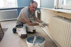 Anders Wäng målar om hela matsalen. Den nya blåa färgen heter duvfjädrar, berättar han. Sedan fortsätter han i bistro och reception.