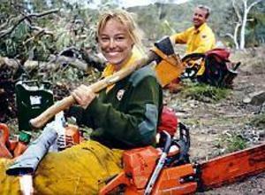 Beredd. Alexandra Simpson har bytt Gävle mot ett brinnande Australien. Hon jobbar som ranger i en nationalpark, och när det brinner är det eldbekämpning som gäller. Verktygen är främst kratta och motorsåg, för att skapa brandgator som hindrar fortsatt spridning.