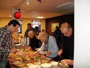 Gästerna smakar på julbordets goda.