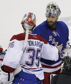 Dustin Tokarski och Henrik Lundqvist tackar varandra efter Montreals uttåg efter 0–1 i Madison Square Garden i den sjätte matchen i Stanley Cup-semifinalen, våren 2014. Foto: TT.