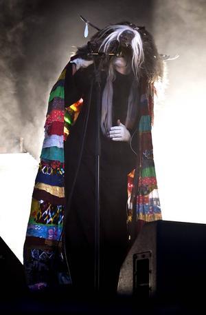 Karin Dreijer uppträder som Fever Ray i Stockholm 2009.