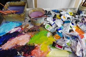På paletten i ateljén syns den nya färgskalan. Kaj säger att det känns i hela kroppen om man väljer rätt färg: