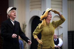 Men, är det Ida som hänger i flaggstången? Therese Blomstrand och Jan Boholm, som spelar Emils pappa, tittar förvånat mot flaggstången.