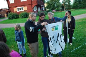Jan-Erik Grenlund, Anna Kahnlund och Viktor Baekkelund tar en sista titt i beskrivningen...