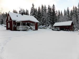 På Lillmatsvägen 1 ligger en liten gård med bland annat en villa med fyra rum och kök och en stor ladugård.