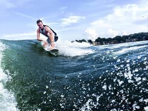 Mellan rallycrosstävlingarna blir det en del vattenliv för Patrik Sandell, som till exempel wakesurfing i Lake Norman vid Charlotte, USA, där jämten bor under säsongen.
