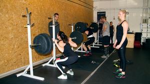 Crossfit är mycket varierande träning och ofta kör man inte samma pass två gånger. Här kör Sara Karlsson och Elin Dovås benböj.