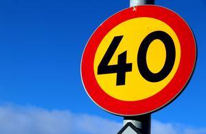 Varför inte sätta 40 överallt så behöver man inte spana efter mer eller mindre skymda skyltar på varenda gata? , undrar signaturen
