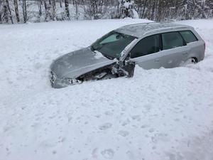 Däcket träffade bilen i fronten.Foto: Per Hampus/räddningstjänsten