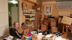 Tove och Alice har bidragit med ovärderlig hjälp med att sortera och packa.Foto: Privat