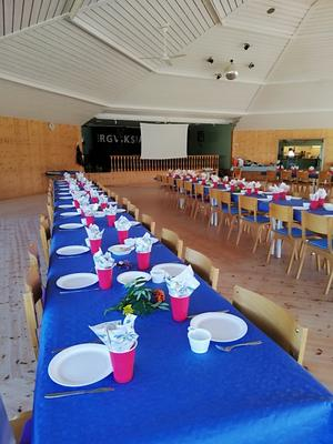 Fint dukade bord skapade riktig feststämning i Idrottsparken i Bergvik.