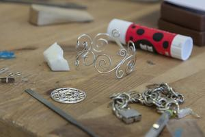 Tålamod, noggrannhet och känsla för design är bra egenskaper om man gillar silversmide.
