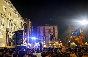 I timmar har tusentals människor väntat på torget vid den katalanska regeringens säte. Det alla vill hör är regionpresident Carles Puigdemont utropa republiken Katalonien.Bild: Lars Pedersen/TT
