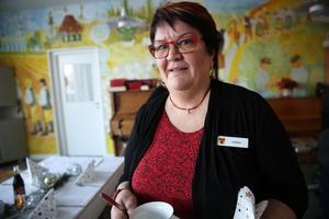 Carina Hedman jobbar med olika aktiviteter på Orsas äldrebostäder. Denna gång om att organisera volontärer för serveringen av lunchen.