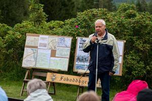 Algot Land visar historiska och nuvarande kartor om Leksandsåsen. (foto Sven Gräfnings)