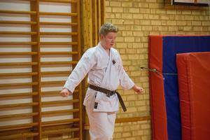 Devin Johansson har fått en speciell födelsedagspresent av sina föräldrar. Mamma Chris Kleinman, som också tränar karate i klubben, berättar att han ska få åka till Japan och träna karate med den högre eliten – kanske kan det bli där som han tar sitt svarta bälte.