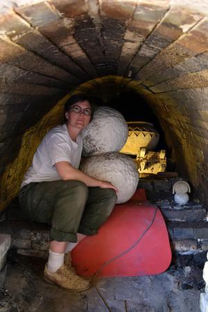 Ugnen är stor och har rum för mycket keramik.
