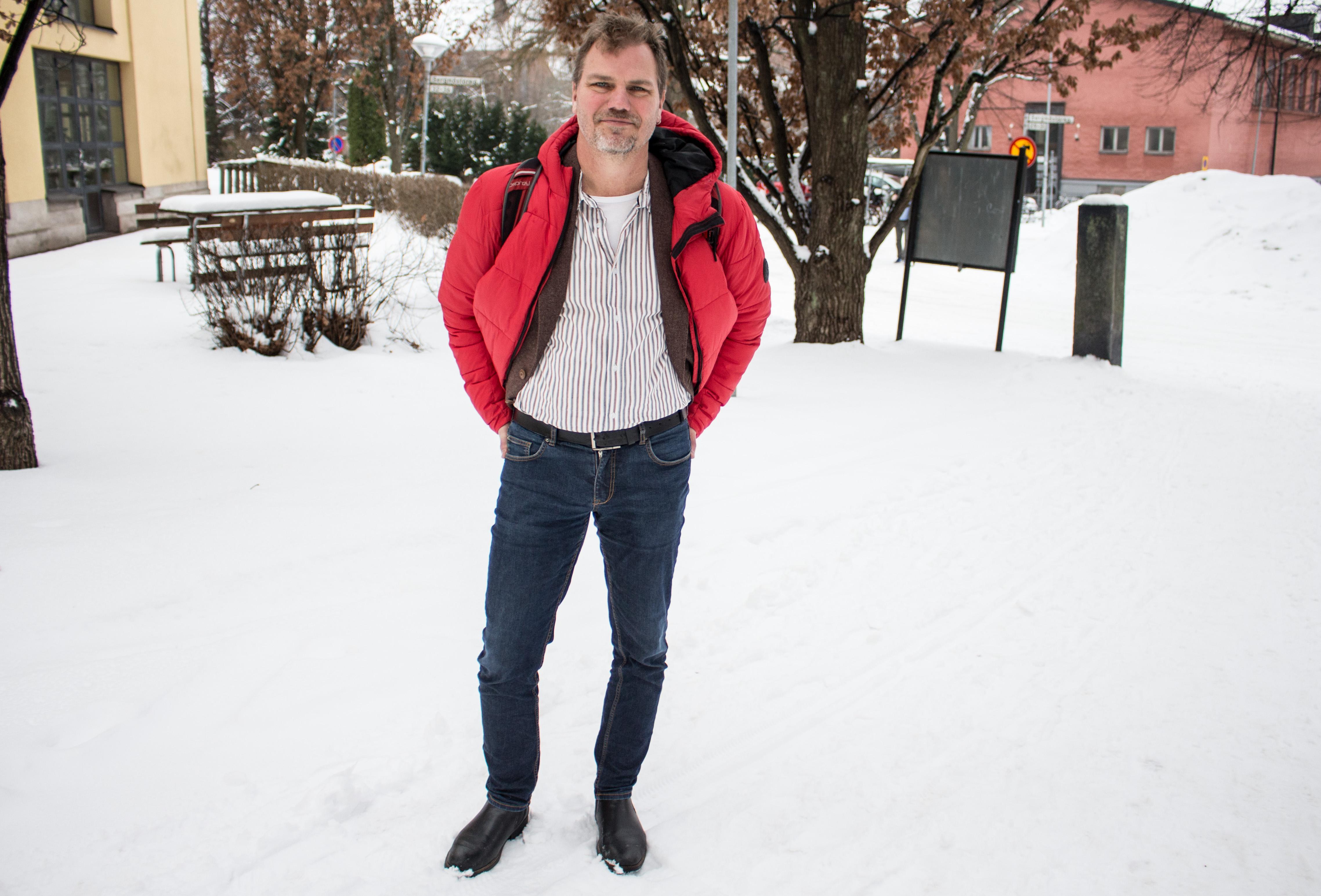 Jonas Lennerthson (S) har träffat falubor som inte känner till att omval väntar 7 april. Det oroar honom.