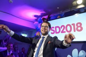Jimmie Åkesson och hans Sverigedemokrater verkar ha tagit övriga partier på sängen. Obegripligt varför,  anser signaturen..