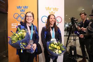 Skidlandslagets Ebba Andersson och Charlotte Kalla anländer till Arlanda på måndagen. Bild: Sören Andersson/TT.