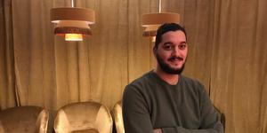 Loungekänsla. Alex Yildirim visar upp den inre delen där det finns olika sorters spelbord.