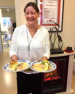 Marie Jenestam redo att servera huvudrätten, lax med pommes duchesse. Foto: Reidun Bernhardsson