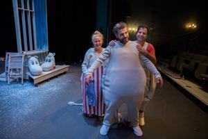 Simon Mezher repeterar Magnus Mankan Nilssons nya pjäs på förmiddagarna och Granen på eftermiddagarna. I höst har tre olika pjäser premiär på Castorscenen.