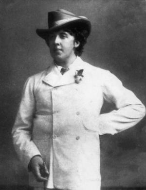 Den alltid lika stilige Oscar Wilde med sin kännetecknande påsklilja i kavajslaget. Foto: SCANPIX