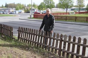 Jan-Erik Karlsson vid sitt trasiga staket. Trafikverket och två underleverantörer bollar ansvaret mellan sig. Det är oacceptabelt!