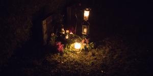 Både ljung och blommor frodas fortfarande när det är dags för ljus på gravarna denna varma höst.