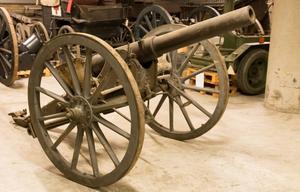 Här är den så kallade Kruppkanonen som användes för att nyttja granater av det slag som Olle Österlund hittade i på sin tomt.Sannolikt användes granaten till denna kanon som tillverkades av det tyska stålföretaget Krupp.