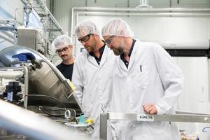 Det är skägg och mustasch som gäller i fabriken som nyligen börjat göra skäggprodukter och wax.  Pär och Johan tillsammans med Emil Gabrils i beredningsdelen av fabriken.