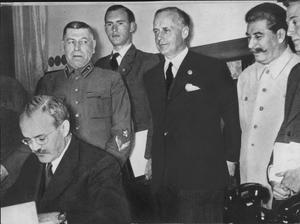 Josef Stalin (till höger) och Joachim Ribbentrop (bredvid)  ser på när Vatjeslav Mototov skriver under icke angreppsavtalet som delade upp Östeuropa mellan Sovjet och Tyskland den 24 augusti 1939.