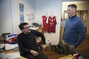 Materialansvarige Tomas Karlsson och ordförande Peter Svensson analyserar senaste matchen.