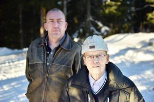 Jimmie Robertsson och Tore Löfgren vid vattenverket i Klitten. Vanligtvis brukar där finnas en vattentank men under fredagen var den borta, troligtvis för att bli påfylld.