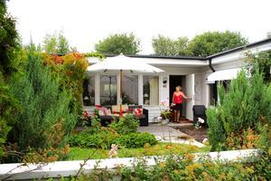 När Birgitta lämnade sitt stora hus med trädgård ville hon fortfarande ha en liten trädgård så radhuset på Talltorp passade utmärkt. Huset byggdes 1974 och hon har själv målat om det från blått till vitt.– Jag är pigg, förutom när det är 33 grader, säger Birgitta.