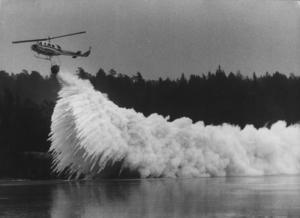 Helikopter kalk-bombar en försurad sjö. Foto: Lars Pehrson/SCANPIX