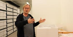 Anders Söderberg i Sigtunas museimagasin.